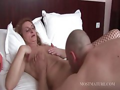 Mature bitch gets cunillingus in bed