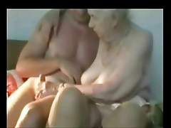 Fingering a very old granny. She cums !