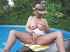 Lady Barbara am Pool